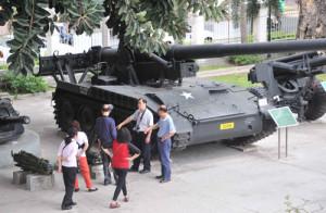 Du khách viếng thăm bảo tàng Việt Nam