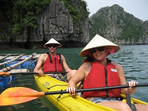 Chèo thuyền kayak tại vinh Lan Hạ Cát Bà