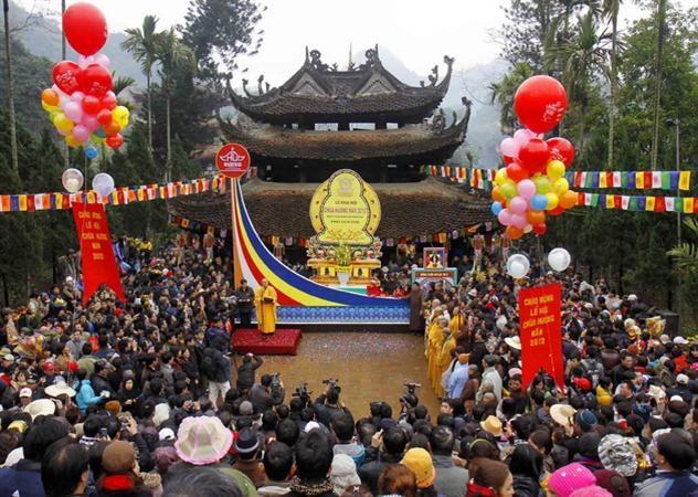 Du khách tham gia lễ hội Chùa Hương