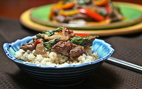Cay cay hấp dẫn với món bò xào húng quế kiểu Thái