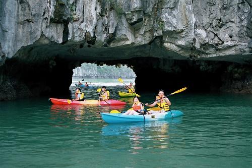Du khách chèo kayak thăm hang Luồn ở Hạ Long