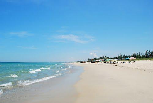 Bãi biển Non Nước rộng và đầy nắng