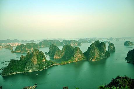 Khung cảnh Hạ Long nhìn từ núi Bài Thơ