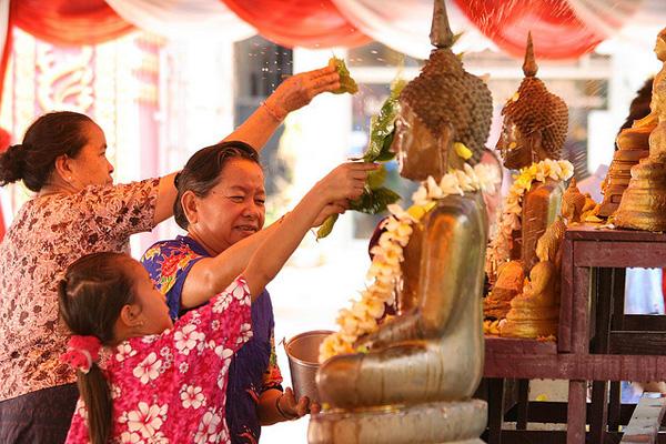 Lễ hội Songkran với nghi thức tắm phật