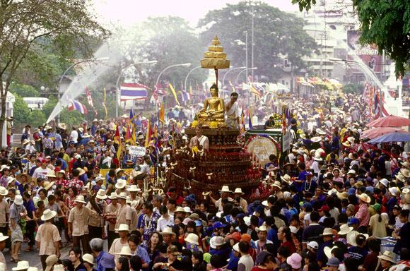 Lễ hội Songkran thu hút du khách trong và ngoài nước tham gia