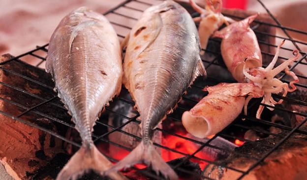 Cá sòng nướng trên bếp than