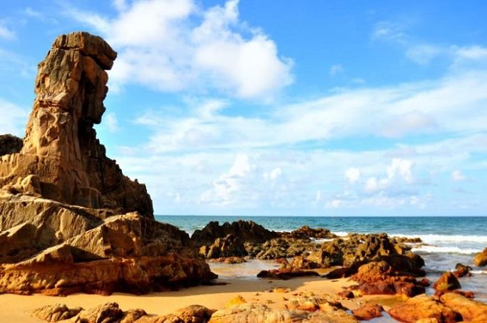Những hòn đá nhiều hình thù rải rác khắp bờ biển