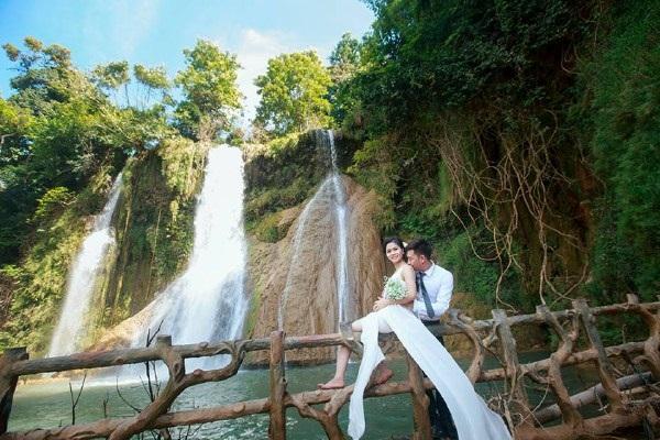 Các đôi chụp ảnh cưới ở thác Dải Yếm