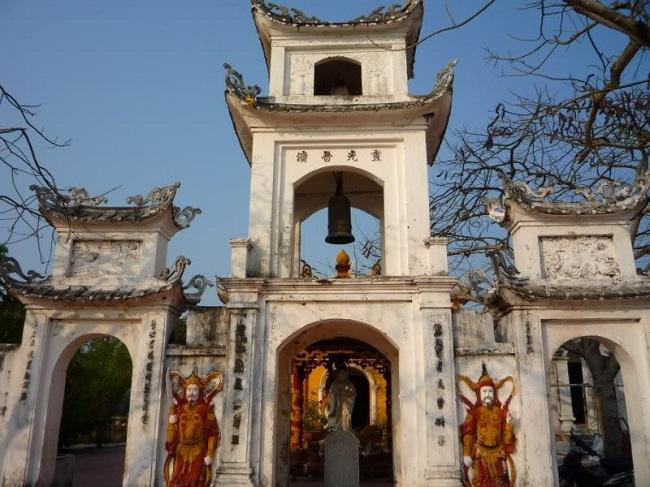 Cổng chùa Quan Lạn